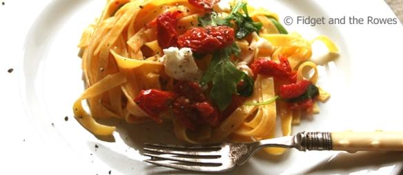 tagliatelle tricolore pasta rucola burrata pomodori secchi sund-dried tomatoes